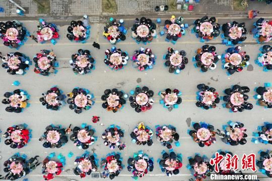 贵州惠水:万名易地扶贫搬迁民众同吃团圆饭。 贺俊怡 摄