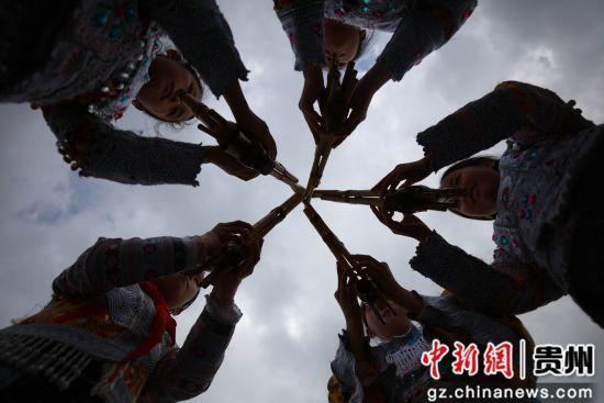 6月26日,在贵州省毕节市黔西县林泉镇高锦小学里,学生在练习芦笙舞蹈。