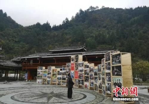 资料图:图为2018多彩贵州・第十一届中国原生态国际摄影大展郎德展区。