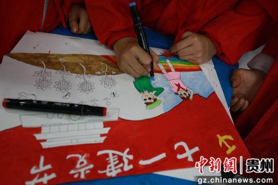 """6月28日,贵州省毕节市黔西县第一小学的小朋友们在画画迎接""""七一""""到来。"""