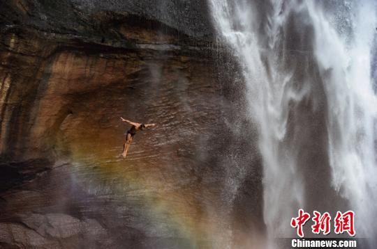 图为在贵州赤水举行的瀑布跳水精英赛。贺俊怡 摄