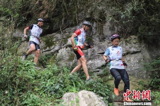 图为运动员在贵州参加越野跑项目。瞿宏伦 摄