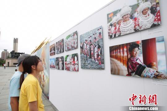 图为参观者观看展出作品。