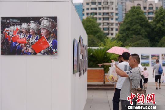图为大展现场吸引众多参观者驻足拍照留念。