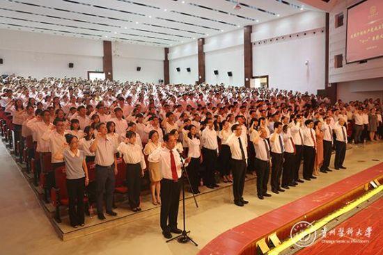 校党委副书记战勇带领新党员入党宣誓、老党员重温入党誓词。