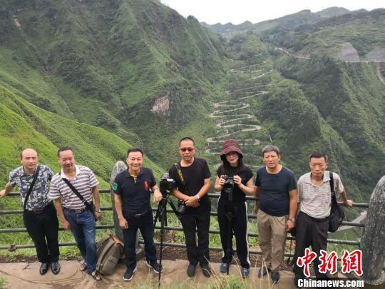 摄影师们在贵州晴隆24道拐拍摄。 陈洪斌 摄