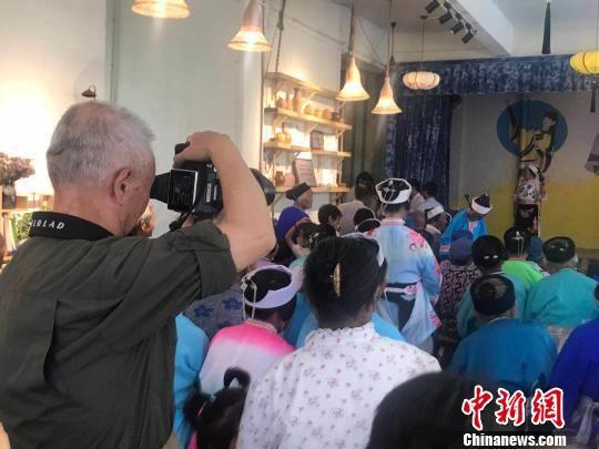 摄影师们在安顺拍摄屯堡文化。 丘高顺 摄
