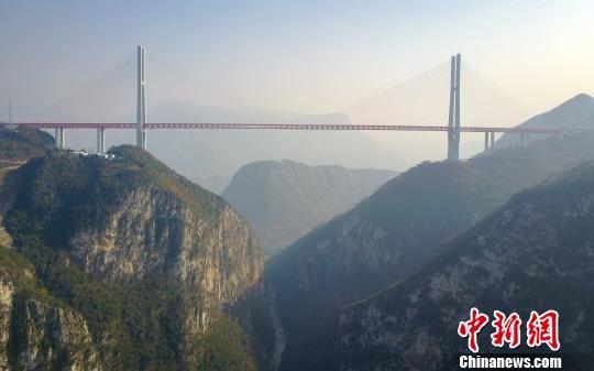 资料图:航拍建成通车的北盘江大桥。 贺俊怡 摄