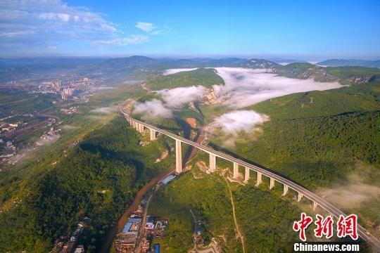 资料图:贵州赫章特大桥。 龚小勇 摄