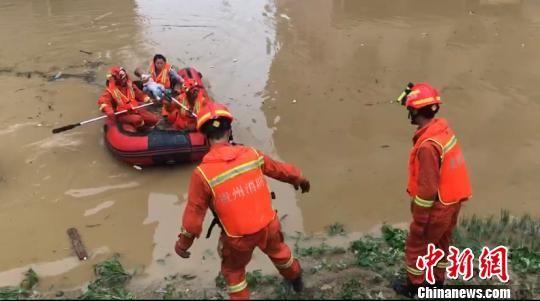资料图。消防员营救被困民众。廖二攀 摄