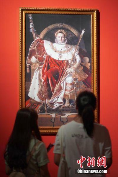 """7月3日,两名参观者在贵州省博物馆观看展出的拿破仑画像。""""法兰西的雄鹰――拿破仑文物(中国)巡回展览""""从6月25日至9月1日在贵州省博物馆展出,本次展览共展出展品150余件(套),既包括名家创作的油画、雕塑、版画等艺术品,还包括拿破仑使用过的物品及拿破仑时期的服装、生活用品等,从""""军事思想的形成""""""""帝国理想的实践""""""""欧洲梦想的破灭""""""""时代英雄的落幕""""四个方面展现了拿破仑跌宕起伏的戏剧人生,同时也再现了欧洲艺术文明的辉煌一页。中新社记者 贺俊怡 摄"""