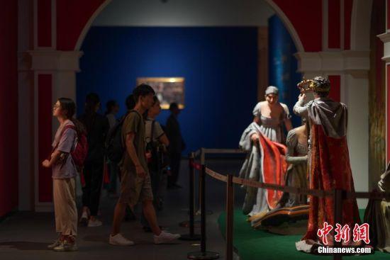 """7月3日,参观者在贵州省博物馆观展。""""法兰西的雄鹰――拿破仑文物(中国)巡回展览""""从6月25日至9月1日在贵州省博物馆展出,本次展览共展出展品150余件(套),既包括名家创作的油画、雕塑、版画等艺术品,还包括拿破仑使用过的物品及拿破仑时期的服装、生活用品等,从""""军事思想的形成""""""""帝国理想的实践""""""""欧洲梦想的破灭""""""""时代英雄的落幕""""四个方面展现了拿破仑跌宕起伏的戏剧人生,同时也再现了欧洲艺术文明的辉煌一页。中新社记者 贺俊怡 摄"""
