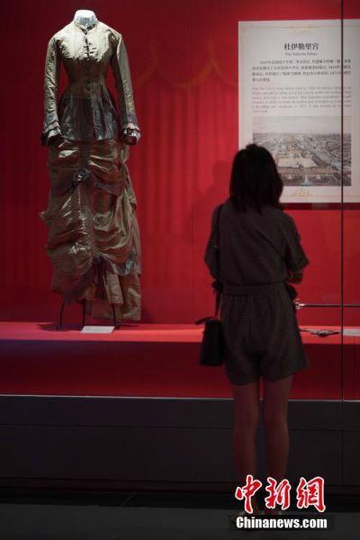 """7月3日,参观者在贵州省博物馆观看展出的贵族礼服。""""法兰西的雄鹰――拿破仑文物(中国)巡回展览""""从6月25日至9月1日在贵州省博物馆展出,本次展览共展出展品150余件(套),既包括名家创作的油画、雕塑、版画等艺术品,还包括拿破仑使用过的物品及拿破仑时期的服装、生活用品等,从""""军事思想的形成""""""""帝国理想的实践""""""""欧洲梦想的破灭""""""""时代英雄的落幕""""四个方面展现了拿破仑跌宕起伏的戏剧人生,同时也再现了欧洲艺术文明的辉煌一页。中新社记者 贺俊怡 摄"""