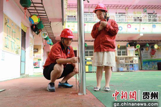 2019年7月3日,贵州省毕节市黔西县气象局防雷工程施工人员在检测县中心幼儿园教学楼避雷装置。