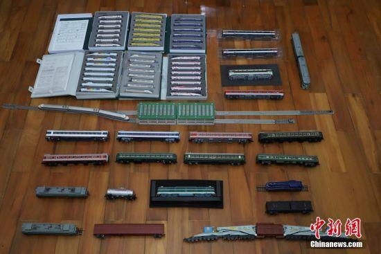 """7月4日,张宇琦收藏的部分火车模型。今年27岁的张宇琦是贵阳北动车运用所的一名动车机械师,同时他也是一个""""火车迷"""",从2012年开始收藏、制作各类火车模型,七年多来他已经收藏了内燃机车、电力机车等火车模型百余节。中新社记者 瞿宏伦 摄"""