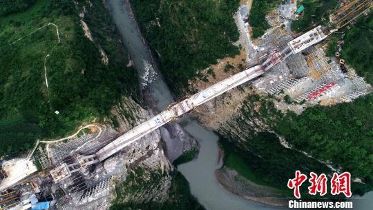 鸡鸣三省大桥主拱7月7日合龙。 刘忠俊 摄