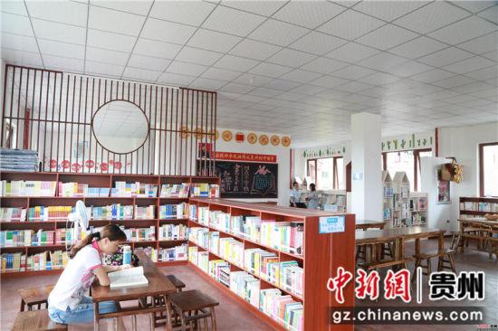 黔西县锦绣街道综合文化服务站图书阅览室内群众在阅专心阅读。陈龙 摄