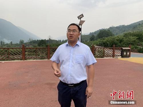 郎溪镇镇长吴志强介绍当地脱贫攻坚工作情况。郭梦媛 摄