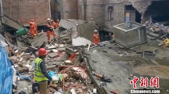 图为房屋垮塌现场 钟欣 摄