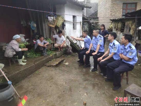 罐子窑分队在张清尧队长,戴永亮副队长的带领下,进入贫困户家了解情况。