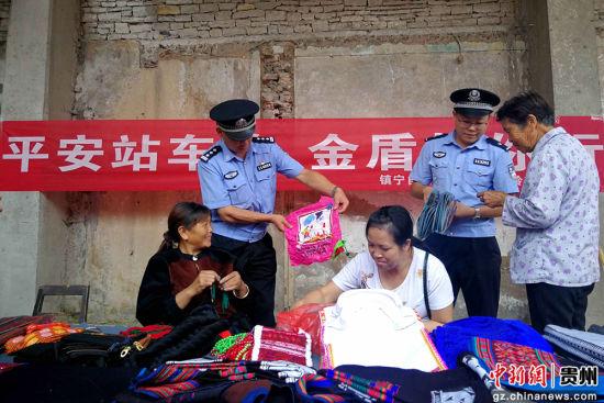 民警向沿线赶集村民宣传铁路安全知识