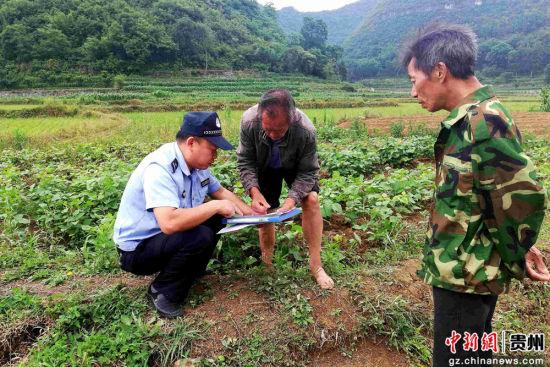 民警为沿线农户送上铁路安全知识