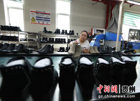 图为工人正在车间制鞋。 胡攀学 摄2