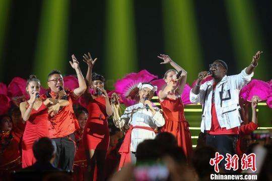 石占明和五洲唱响乐团演唱《桃花红杏花白》 张云 摄