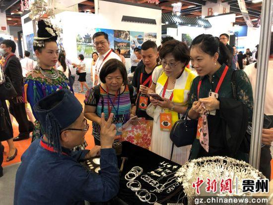 非遗展示吸引台湾客商驻足了解。