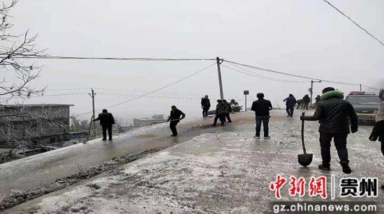 寒冬为鹌鹑运输车铺沙防滑,确保鹌鹑苗安全送达。图为庹家村脱贫攻坚队提供