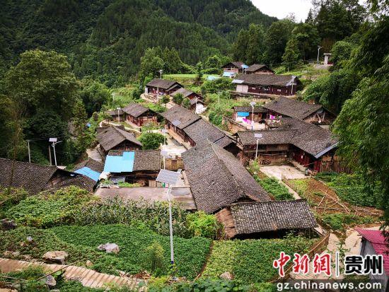 绿色环绕的印江县沙子坡镇庹家村老庄组。袁堇峰摄