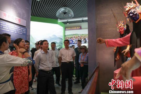 越南共产党代表团一行参访贵阳市青岩古镇非物质文化遗产馆。 贺俊怡 摄