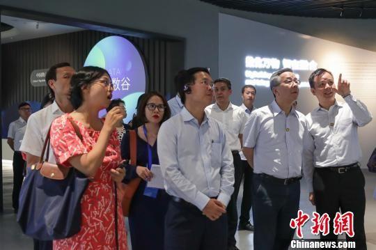 越南共产党代表团一行参访国家大数据(贵州)综合试验区展示中心。 贺俊怡 摄