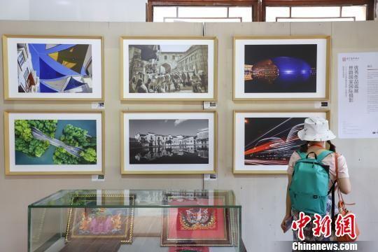 图为丝路国家国际摄影优秀作品巡展吸引参观者观看。 瞿宏伦 摄