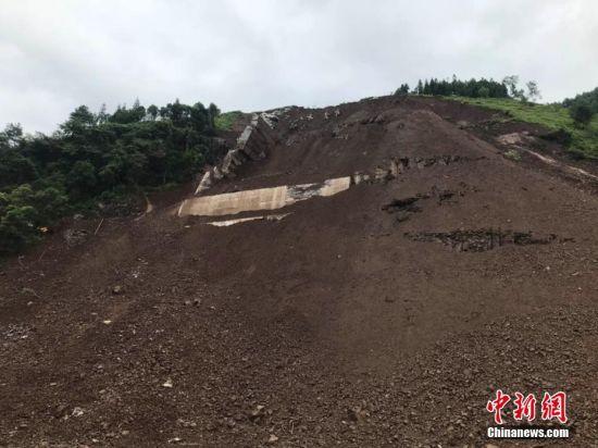 据贵州毕节市赫章县人民政府网站消息,23日下午,赫章县野马川镇毛栗村殷家沟发生一起山体垮塌。截至23日晚9时30分,共造成1人死亡,6人失联。 钟欣 摄