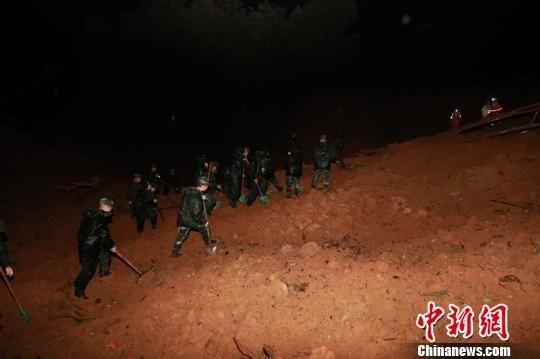 贵州武警官兵连夜开展救援。 武警贵州总队供图