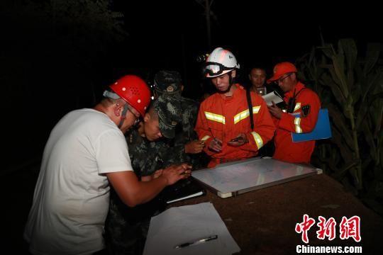 救援人员研究制定救援方案。武警贵州总队供图