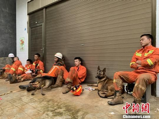 救援人员在救援间隙抓紧时间休息。 贵州消防供图