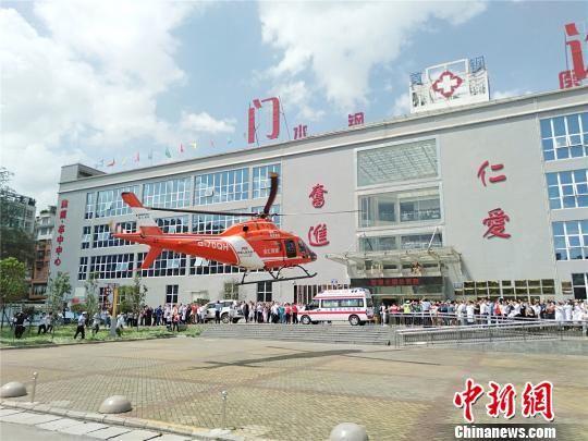 图为救援飞机抵达六盘水市水钢总医院。 黄庆松 摄
