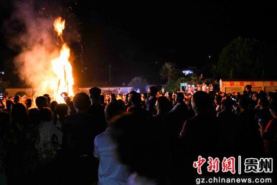 7月26日,在�F州省���市黔西�h甘棠�火把�V�觯���地彝族群�身著盛�b�⒓友灿巍�