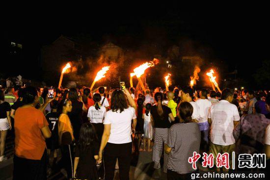 7月26日,在贵州省毕节市黔西县甘棠镇火把广场,当地彝族群众身着盛装参加巡游。