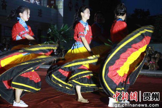 7月26日,在贵州省毕节市黔西县甘棠镇火把广场,当地彝族群众表演彝族节目。