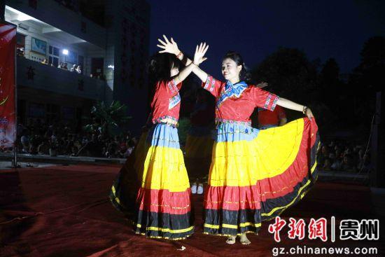 7月26日,在�F州省���市黔西�h甘棠�火把�V�觯���地彝族群�表演彝族�目。