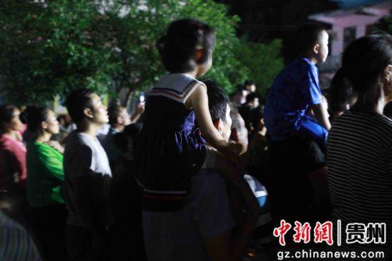 7月26日,在贵州省毕节市黔西县甘棠镇火把节广场现场群众观看演出。