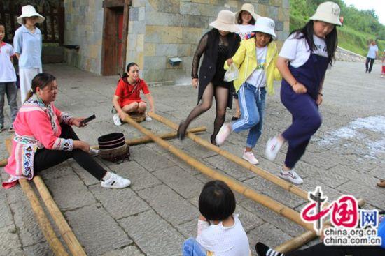 游客参与舞蹈