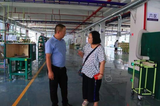台湾导报大陆新闻中心主任蔡淑娟(图右)采访钰丰乐器(正安)有限公司总经理李小青。