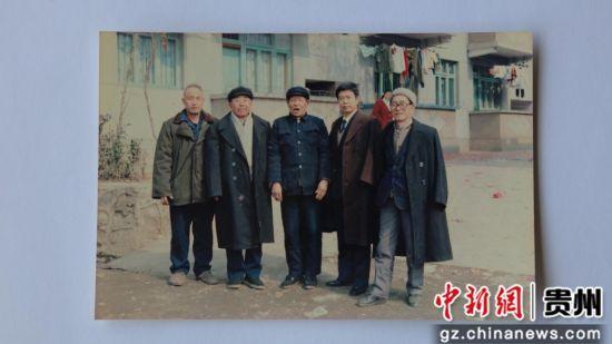 侯永海老人(左二)在万山与同事的合照