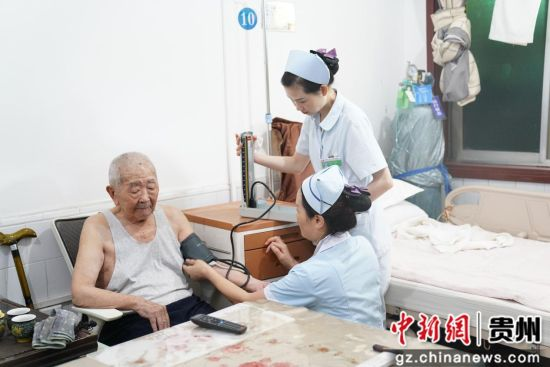 出发前医护人员正在给侯永海老人检查