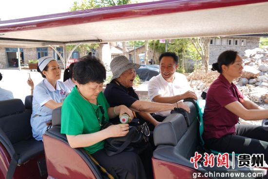 朱砂古镇的代表带领侯永海老人参观朱砂古镇