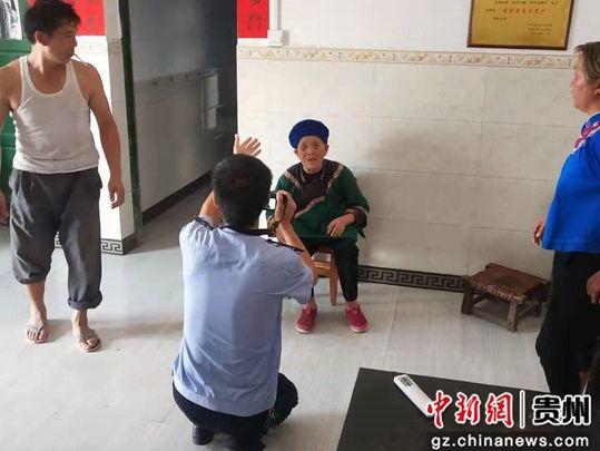 民警上门为两位老人拍照。